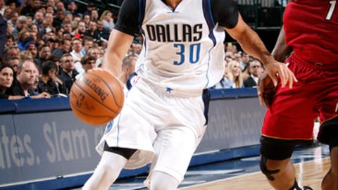 DALLAS, TX - FEBRUARY 27: Seth Curry #30 of the Dallas Mavericks handles the ball against the Miami Heat on February 27, 2017 at the American Airlines Center in Dallas, Texas. NOTE TO USER: User expressly acknowledges and agrees that, by downloading and or using this photograph, User is consenting to the terms and conditions of the Getty Images License Agreement. Mandatory Copyright Notice: Copyright 2017 NBAE (Photo by Glenn James/NBAE via Getty Images)