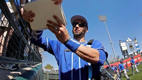Paulo Orlando signs autographs