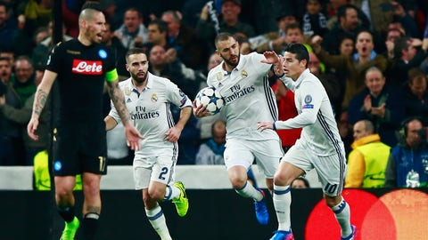 MADRID, SPAIN - FEBRUARY 15:  Karim Benzema of Real Madrid (2R) celebrates with James Rodriguez (10) and Daniel Carvajal (2) as he scores their first goal during the UEFA Champions League Round of 16 first leg match between Real Madrid CF and SSC Napoli at Estadio Santiago Bernabeu on February 15, 2017 in Madrid, Spain.  (Photo by Gonzalo Arroyo Moreno/Getty Images)
