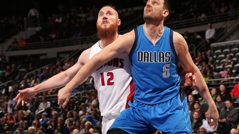 AUBURN HILLS, MI - FEBRUARY 15:  Andrew Bogut #6 of the Dallas Mavericks boxes out Aron Baynes #12 of the Detroit Pistons on February 15, 2017 at The Palace of Auburn Hills in Auburn Hills, Michigan. NOTE TO USER: User expressly acknowledges and agrees that, by downloading and/or using this photograph, User is consenting to the terms and conditions of the Getty Images License Agreement. Mandatory Copyright Notice: Copyright 2017 NBAE (Photo by Brian Sevald/NBAE via Getty Images)