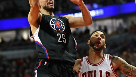 CHICAGO, IL - MARCH 04:  Austin Rivers #25 of the LA Clippers puts up a shot over Denzel Valentine #45 of the Chicago Bulls at the United Center on March 4, 2017 in Chicago, Illinois. NOTE TO USER: User expressly acknowledges and agrees that, by downloading and/or using this photograph, user is consenting to the terms and conditions of the Getty Images License Agreement. (Photo by Jonathan Daniel/Getty Images)