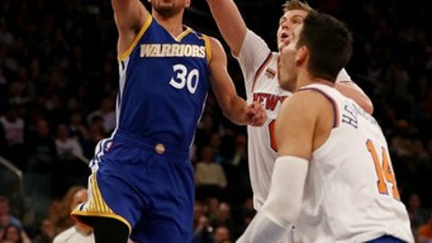 NEW YORK, NY - MARCH 05:  Stephen Curry #30 of the Golden State Warriors heads for the net as Kristaps Porzingis #6 and Willy Hernangomez #14 of the New York Knicks defend at Madison Square Garden on March 5, 2017 in New York City. NOTE TO USER: User expressly acknowledges and agrees that, by downloading and or using this Photograph, user is consenting to the terms and conditions of the Getty Images License Agreement  (Photo by Elsa/Getty Images)
