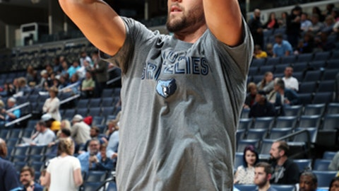 MEMPHIS, TN - MARCH 6: Chandler Parsons #25 of the Memphis Grizzlies warms up before the game against the Brooklyn Nets on March 6, 2017 at FedExForum in Memphis, Tennessee. NOTE TO USER: User expressly acknowledges and agrees that, by downloading and or using this photograph, User is consenting to the terms and conditions of the Getty Images License Agreement. Mandatory Copyright Notice: Copyright 2017 NBAE (Photo by Joe Murphy/NBAE via Getty Images)