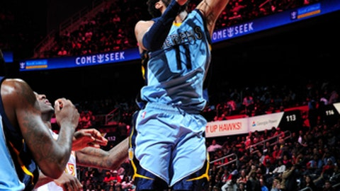 ATLANTA, GA - MARCH 16: Mike Conley #11 of the Memphis Grizzlies shoots a lay up during the game against the Atlanta Hawks on March 16, 2017 at Philips Arena in Atlanta, Georgia.  NOTE TO USER: User expressly acknowledges and agrees that, by downloading and/or using this Photograph, user is consenting to the terms and conditions of the Getty Images License Agreement. Mandatory Copyright Notice: Copyright 2017 NBAE (Photo by Scott Cunningham/NBAE via Getty Images)