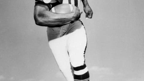 FILE - In this Sept. 1968, file photo, Chicago Bears' halfback Gale Sayers runs with the ball. Relatives of Pro Football Hall of Famer Gale Sayers say the Bears legend has been diagnosed with dementia. His wife, Ardythe Sayers, tells The Kansas City Star that her 73-year-old husband was diagnosed four years ago and she blames Sayers' football career. He played for the Bears from 1965-71 after setting records at the University of Kansas. (AP Photo/File)