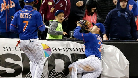 New York Mets left fielder Michael Conforto, right, catches a foul ball while third baseman Jose Reyes looks on during the sixth inning of the baseball game against the Washington Nationals at Citi Field, Sunday, April 23, 2017, in New York. (AP Photo/Seth Wenig)