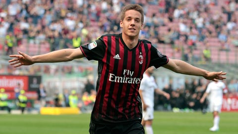 MILAN, ITALY - APRIL 09:  Mario Pasalic of AC Milan celebrates his goal during the Serie A match between AC Milan and US Citta di Palermo at Stadio Giuseppe Meazza on April 9, 2017 in Milan, Italy.  (Photo by Emilio Andreoli/Getty Images)