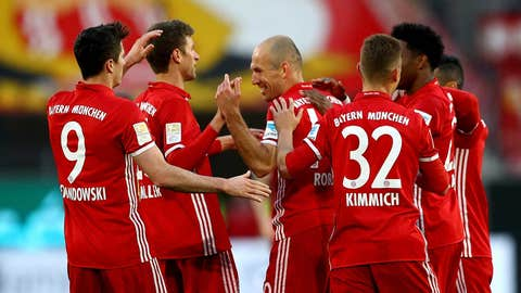 WOLFSBURG, GERMANY - APRIL 29:  Arjen Robben (C) of Muenchen celebrate with his team mates after scoring the 4th goal the Bundesliga match between VfL Wolfsburg and Bayern Muenchen at Volkswagen Arena on April 29, 2017 in Wolfsburg, Germany.  (Photo by Martin Rose/Bongarts/Getty Images)