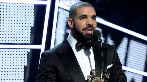 NEW YORK, NY - AUGUST 28:  Recording artist Drake presents the Michael Jackson Video Vanguard Award onstage during the 2016 MTV Video Music Awards at Madison Square Garden on August 28, 2016 in New York City.  (Photo by Jeff Kravitz/FilmMagic)
