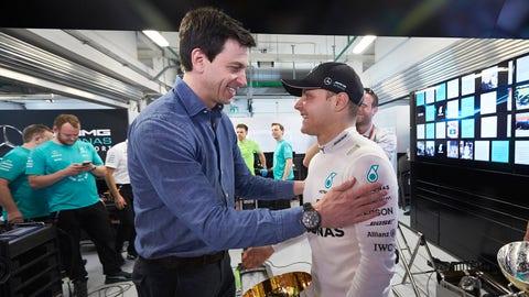 Toto Wolff congratulates Valtteri Bottas following the Russian GP. (Photo: Steve Etherington/LAT Images)