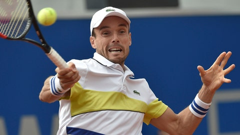 Spain's Roberto Bautista Agut returns a ball during his match against German player Yannick Hanfmann at the ATP Tour in Munich, Germany, Friday, May 5, 2017. ( Angelika Warmuth/dpa via AP)