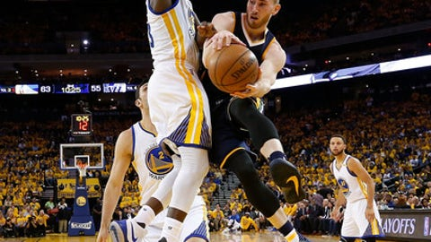 OAKLAND, CA - MAY 04:  Gordon Hayward #20 of the Utah Jazz drives to pass around Draymond Green #23 of the Golden State Warriors during Game Two of the NBA Western Conference Semi-Finals at ORACLE Arena on May 4, 2017 in Oakland, California.  NOTE TO USER: User expressly acknowledges and agrees that, by downloading and or using this photograph, User is consenting to the terms and conditions of the Getty Images License Agreement.  (Photo by Ezra Shaw/Getty Images)