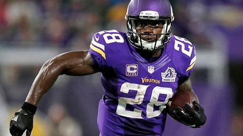 El running back de los Vikings, Adrian Peterson, corre con el balón en un partido el 18 de septiembre de 2016 contra los Packers en Minneapolis. Peterson dijo el 25 de abril de 2017 que pactó un contrato por dos temporadas con los Saints. (AP Photo/Andy Clayton-King, File)