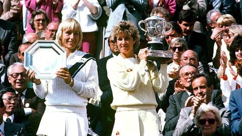 ARCHIVES - MARTINA NAVRATILOVA FINALISTE ET CHRIS EVERT AVEC SON TROPHEE, VAINQUEUR DE LA FINALE DAMES DU TOURNOI ROLAND GARROS 1985