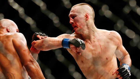 Robbie Lawler, left, fights Rory MacDonald during their welterweight title fight mixed martial arts bout at UFC 189 Saturday, July 11, 2015, in Las Vegas. (AP Photo/John Locher)