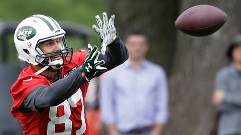 New York Jets wide receiver Eric Decker catches a pass during the team's organized team activities at its NFL football training facility, Tuesday, May 23, 2017, in Florham Park, N.J. (AP Photo/Julio Cortez)