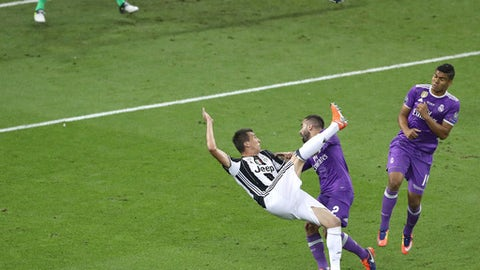 Juventus' Mario Mandzukic scores his side's first goal during the Champions League Final soccer match between Juventus and Real Madrid at the Millennium Stadium in Cardiff, Wales, Saturday, June 3, 2017. (AP Photo/Alastair Grant)