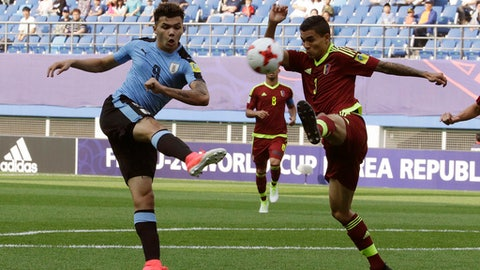 Uruguay's Nicolas Schiappcasse, left, fights for the ball against Venezuela's Eduin Quero during their semi-final match in the FIFA U-20 World Cup Korea 2017 at Daejeon World Cup Stadium in Daejeon, South Korea, Thursday, June 8, 2017. (AP Photo/Ahn Young-joo)