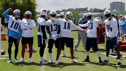 Tennessee Titans players pose between drills during NFL football minicamp Wednesday, June 14, 2017, in Nashville, Tenn. (AP Photo/Mark Humphrey)