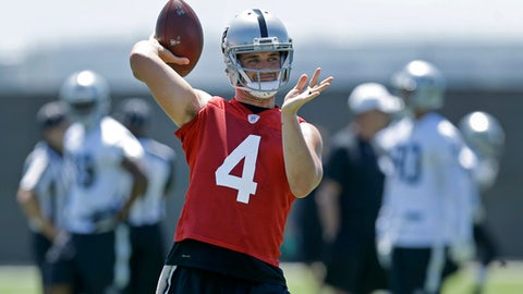 Oakland Raiders quarterback Derek Carr passes during NFL football practice on Wednesday, June 14, 2017, at its NFL football training facility in Alameda, Calif. (AP Photo/Ben Margot)