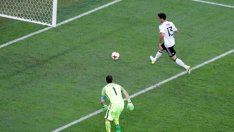 Germany's Lars Stindl, right, scores the opening goal past Chile goalkeeper Claudio Andres Bravo Munoz during the Confederations Cup final soccer match between Chile and Germany, at the St.Petersburg Stadium, Russia, Sunday, July 2, 2017. (AP Photo/Dmitri Lovestky)