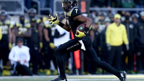Oregon wide receiver Darren Carrington (7) runs the football during the first half of an NCAA college football game against Southern California, Saturday, Nov. 21, 2015, in Eugene, Ore. (AP Photo/Ryan Kang)