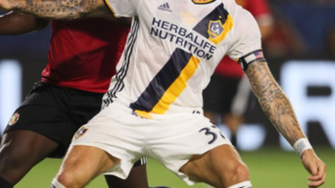 CARSON, CA - JULY 15: Romelu Lukaku of Manchester United gets blocked by fellow Belgian defender Jelle Van Damme of LA Galaxy during to the friendly fixture between LA Galaxy and Manchester United at StubHub Center on July 15, 2017 in Carson, California. (Photo by Matthew Ashton - AMA/Getty Images)