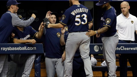 Brewers' Travis Shaw struck in face by throw while stealing 2nd