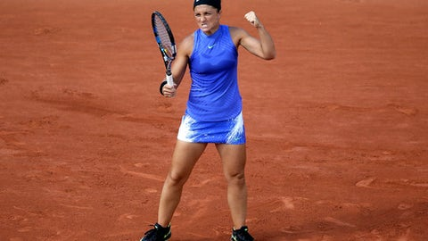 Italy's Sara Errani clenches her fist as she plays France's Kristina Mladenovic during their second round match of the French Open tennis tournament at the Roland Garros stadium, Wednesday, May 31, 2017 in Paris. (AP Photo/David Vincent)