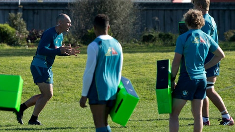 Australian rugby team defence coach Nathan Grey, left, gestures to his players during a training session in Christchurch, New Zealand, Tuesday, Aug. 22, 2017. The Wallabies play the All Blacks in a second Bledisloe and Rugby Championship test match in Dunedin on Saturday Aug 26. (AP Photo/Mark Baker)