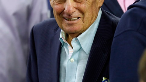 1985 Villanova coach Rollie Massimino arrives before the NCAA Final Four tournament college basketball championship game between Villanova and North Carolina, Monday, April 4, 2016, in Houston. (AP Photo/David J. Phillip)