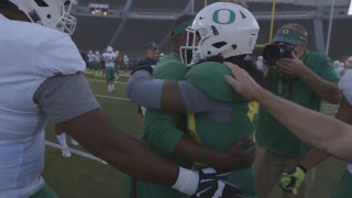 Oregon LB receives surprise scholarship from his mom at practice
