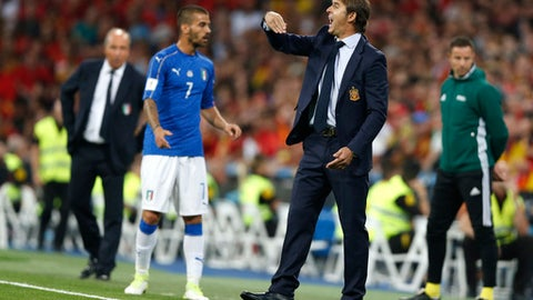Spain coach Julen Lopetegui gives instructions to his players during the World Cup Group G qualifying soccer match between Spain and Italy at the Santiago Bernabeu stadium in Madrid, Spain, Saturday, Sept. 2, 2017. (AP Photo/Francisco Seco)