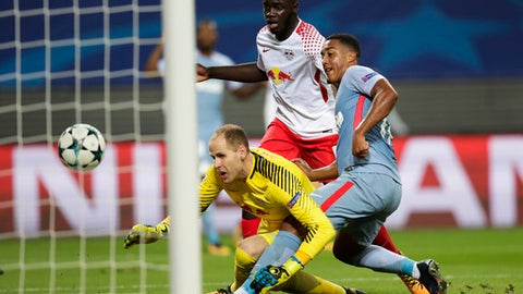 Monaco's Youri Tielemans, right scores his side's first goal during the Champions League Group G first leg soccer match between RB Leipzig and AS Monaco FC in Leipzig, Germany, Wednesday, Sept. 13, 2017. Left are Leipzig goalkeeper Peter Gulacsi and center Leipzig's Dayot Upamecano. (AP Photo/Michael Sohn)
