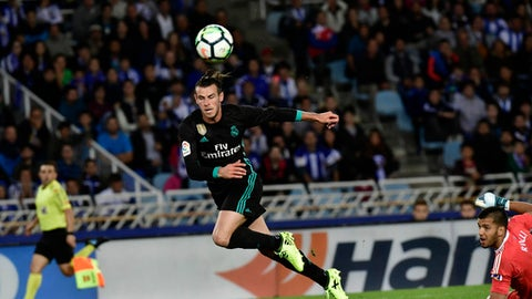 Real Madrid's Gareth Bale scores past Real Sociedad's goalkeeper Tono Ramirez during the Spanish La Liga soccer match between Real Madrid and Real Sociedad, at Anoeta stadium, in San Sebastian, northern Spain, Sunday, Sept.17, 2017. (AP Photo/Alvaro Barrientos)