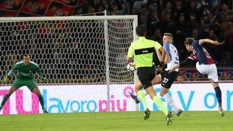Bologna's Simone Verdi, right, scores during a Serie A soccer match between Inter Milan and Bologna, at the Bologna Dall'Ara stadium, Italy, Tuesday, Sept. 19, 2017.  (Giorgio Benvenuti/ANSA via AP)