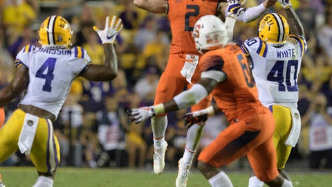 Syracuse quarterback Eric Dungey (2) throws a jump pass to tight end Ravian Pierce (6) asLSU linebackers K'Lavon Chaisson (4) and Devin White (40) defend during an NCAA college football game in Baton Rouge, La., Saturday, Sept. 23, 2017. (AP Photo/Matthew Hinton)