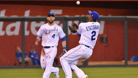 The Royals re-sign Alcides Escobar