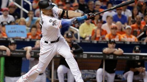 Giancarlo Stanton de los Marlins de Miami batea un sencillo en el quinto inning ante los Bravos de Atlanta, el domingo 1 de octubre de 2017. (AP Foto/Lynne Sladky)