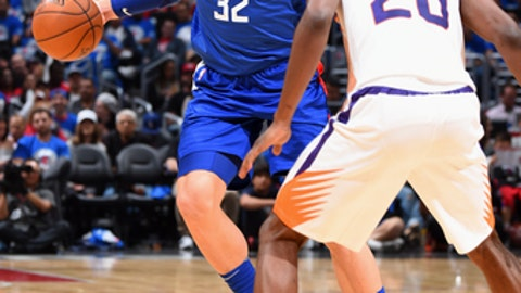 LOS ANGELES, CA - OCTOBER 21:  Blake Griffin #32 of the LA Clippers handles the ball against the Phoenix Suns on October 21, 2017 at STAPLES Center in Los Angeles, California. NOTE TO USER: User expressly acknowledges and agrees that, by downloading and/or using this Photograph, user is consenting to the terms and conditions of the Getty Images License Agreement. Mandatory Copyright Notice: Copyright 2017 NBAE (Photo by Andrew D. Bernstein/NBAE via Getty Images)