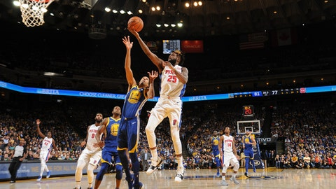 OAKLAND, CA - OCTOBER 29: Reggie Bullock #25 of the Detroit Pistons goes to the basket against the Golden State Warriors on October 29, 2017 at ORACLE Arena in Oakland, California. NOTE TO USER: User expressly acknowledges and agrees that, by downloading and or using this photograph, user is consenting to the terms and conditions of Getty Images License Agreement. Mandatory Copyright Notice: Copyright 2017 NBAE (Photo by Noah Graham/NBAE via Getty Images)