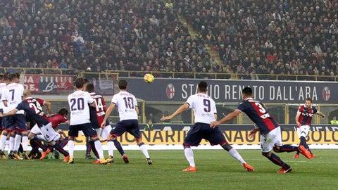 Bologna's Simone Verdi, right, scores the opening goal during a Serie A soccer match between Bologna and Crotone at the  Dall'Ara stadium in Bologna, Italy, Saturday, Nov. 4, 2017. (Giorgio Benvenuti/ANSA via AP)