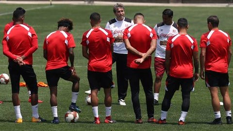 Peru assistant coach Nestor Bonillo, center, talks with Peru's players during a practice in Lima, Peru, Monday, Nov. 13, 2017. Peru will face New Zealand in Lima on Nov. 15, in an intercontinental World Cup playoff. (AP Photo/Martin Mejia)