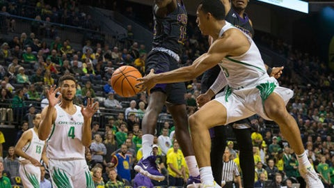 Oregon's Elijah Brown dishes the ball to teammate M.J. Cage under the basket during Oregon's 100-67 victory over Prairie View A&M in an NCAA college basketball game in Eugene, Ore., Monday, Nov. 13, 2017. (Brian Davies/The Register-Guard)