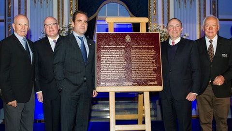 From left, Toronto Maple Leafs' Hall of Fame player Dave Keon, NHL deputy commissioner Bill Daly, Montreal Canadiens owner Geoff Molson, NHL commissioner Gary Bettman and Canadiens hall of fame player Yvan Cournoyer pose next to a plaque to commemorate a 100 years of the NHL during a ceremony in Montreal, Friday, Nov. 17, 2017. (Graham Hughes/The Canadian Press via AP)