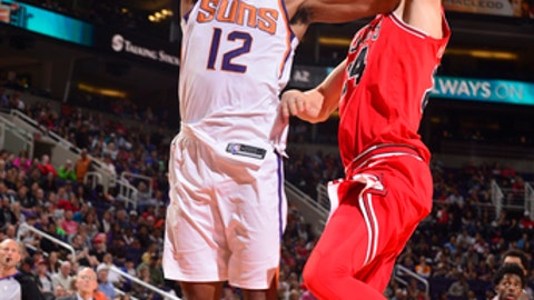 PHOENIX, AZ - NOVEMBER 19:  TJ Warren #12 of the Phoenix Suns dunks against the Chicago Bulls on November 19, 2017 at Talking Stick Resort Arena in Phoenix, Arizona. NOTE TO USER: User expressly acknowledges and agrees that, by downloading and or using this photograph, user is consenting to the terms and conditions of the Getty Images License Agreement. Mandatory Copyright Notice: Copyright 2017 NBAE (Photo by Barry Gossage/NBAE via Getty Images)