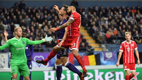 Bayern's Arturo Vidal, center right, goes up against Anderlecht's Uros Spajic, center left, during a Champions League Group B soccer match between Anderlecht and Bayern Munich at the Constant Vanden Stock stadium in Brussels, Belgium, Wednesday, Nov. 22, 2017. (AP Photo/Geert Vanden Wijngaert)