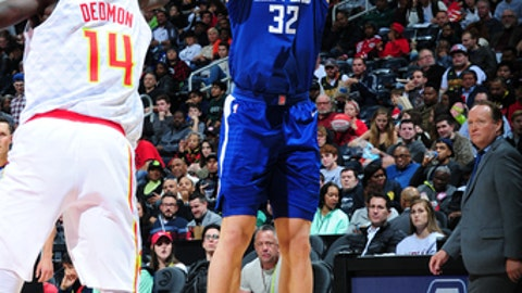 ATLANTA, GA - NOVEMBER 22: Blake Griffin #32 of the LA Clippers shoots the ball against the Atlanta Hawks on November 22, 2017 at Philips Arena in Atlanta, Georgia.  NOTE TO USER: User expressly acknowledges and agrees that, by downloading and/or using this Photograph, user is consenting to the terms and conditions of the Getty Images License Agreement. Mandatory Copyright Notice: Copyright 2017 NBAE (Photo by Scott Cunningham/NBAE via Getty Images)