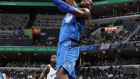 MEMPHIS, TN - NOVEMBER 22:  Harrison Barnes #40 of the Dallas Mavericks handles the ball against the Memphis Grizzlies on November 22, 2017 at FedExForum in Memphis, Tennessee. NOTE TO USER: User expressly acknowledges and agrees that, by downloading and or using this photograph, User is consenting to the terms and conditions of the Getty Images License Agreement. Mandatory Copyright Notice: Copyright 2017 NBAE (Photo by Joe Murphy/NBAE via Getty Images)