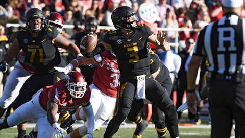Missouri quarterback Drew Lock throws a touchdown pass against Arkansas in the first half of an NCAA college football game Friday, Nov. 24, 2017 in Fayetteville, Ark. (AP Photo/Michael Woods)